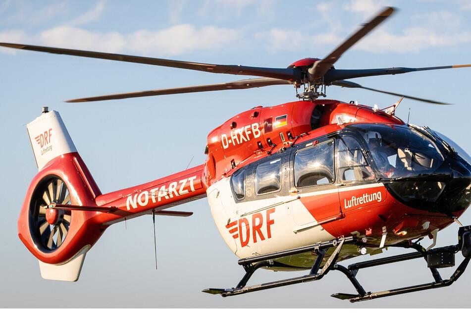 Mit dem Rettungshubschrauber wurde der Landwirt ins Krankenhaus gebracht. (Symbolbild)