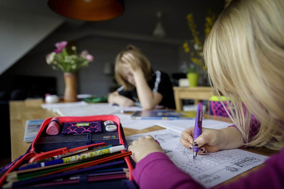 Aufgeschoben ist nicht aufgehoben: Wegen der Corona-Pandemie müssen Schulkinder jetzt zu Hause büffeln.