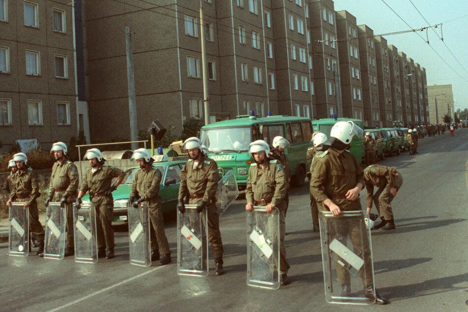 Polizeikräfte mussten im September 1991 Straßen in Hoyerswerda blockieren (Archivbild).