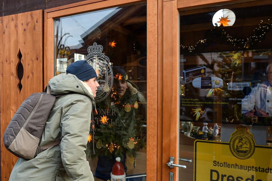 Besucher Paolo Koban (15) lunzt am Altmarkt durch die Glasscheibe.