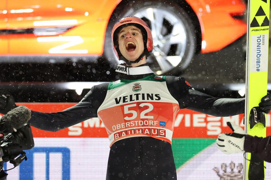 Karl Geiger bejubelt seinen gelungenen Start zum Auftakt der Vierschanzentournee.