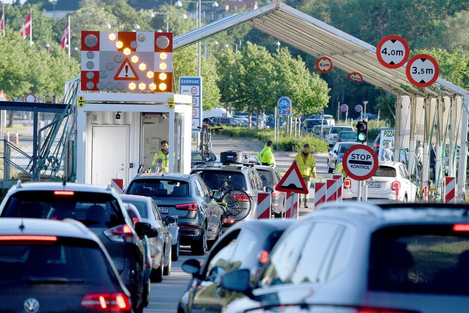 Autos stehen am Montagmorgen am Grenzübergang Krusau in Richtung Dänemark.