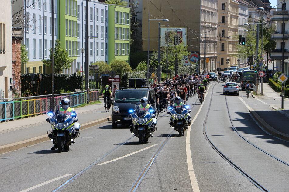Motorräder und Fahrräder der Polizei begleiten die Radtour.