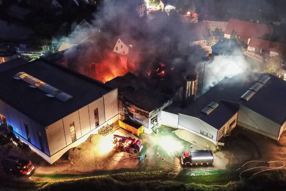 Lagerhalle brennt völlig aus: Wohnhaus muss evakuiert werden