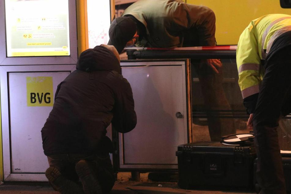 Kriminaltechniker des LKA Berlin entfernen ein Projektil, das in einer BVG-Informationssäule steckengeblieben ist.