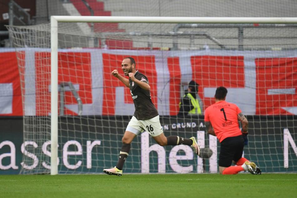 FC St. Paulis Sechser Rico Benatelli (29, l.) hat sich in dieser Saison in der Mannschaft etabliert und sich zu einem der wichtigsten Spieler der Kiezkicker entwickelt. (Archivfoto)