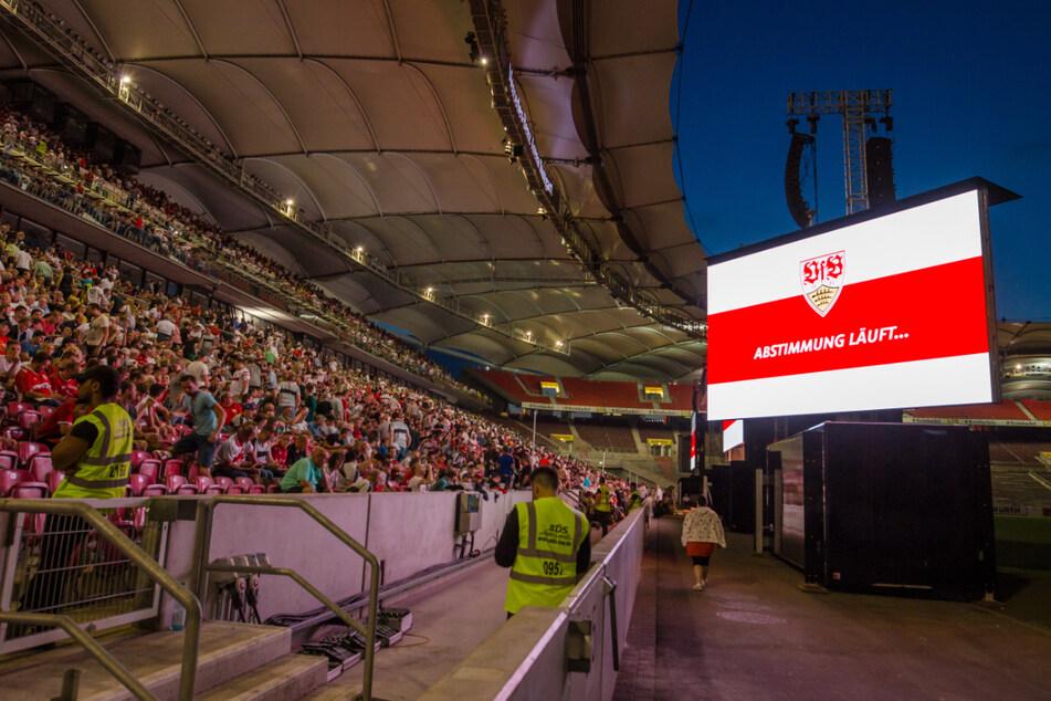 Bei der außerordentlichen Mitgliederversammlung haben die VfB-Anhänger über die Ausgliederung der Profiabteilung abgestimmt.