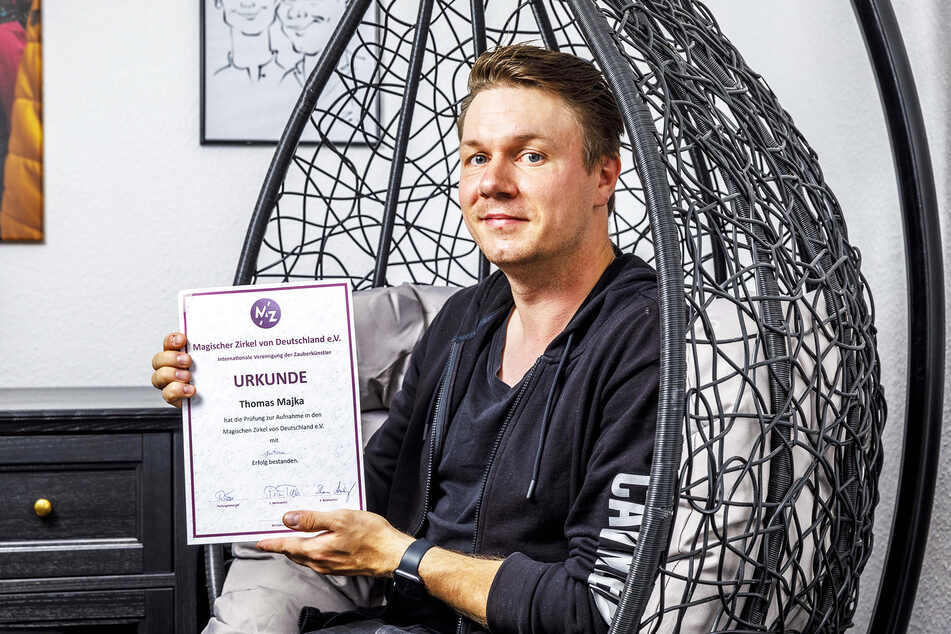 Mentalist und Magier Thomas Majka (32) zeigt stolz seine Aufnahmeurkunde für den Magischen Zirkel von Deutschland.