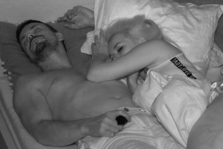 Ludwig Heer (39) verbrachte die Nacht kuscheln mit einer Verführerin.
