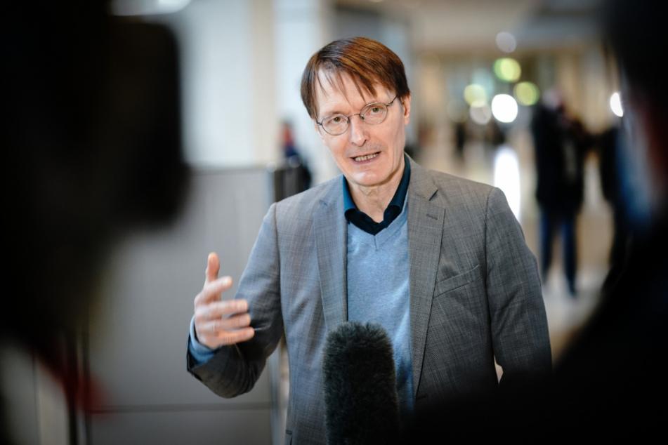 Karl Lauterbach spricht im Bundestag nach der Regierungserklärung der Bundeskanzlerin zur Bewältigung der Corona-Pandemie zu Medienvertretern.