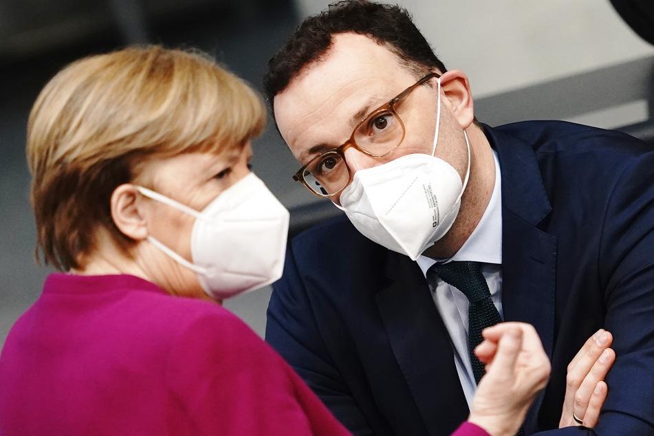 Gesundheitsminister Jens Spahn (40, CDU) im Gespräch mit Kanzlerin Angela Merkel (66, CDU).