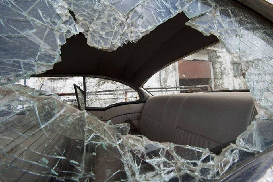 Randalierer demolieren mehrere Autos