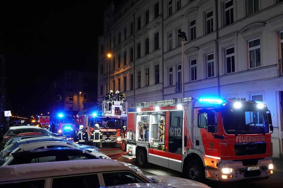 Vier Menschen, darunter ein sechsjähriger Junge, mussten mit Verdacht auf Rauchgasvergiftung ins Krankenhaus.