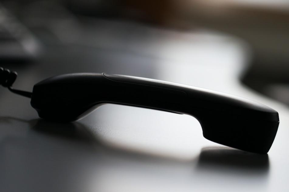 Am Telefon gab sich ein Betrüger als Enkel des Opfers aus. (Symbolbild)