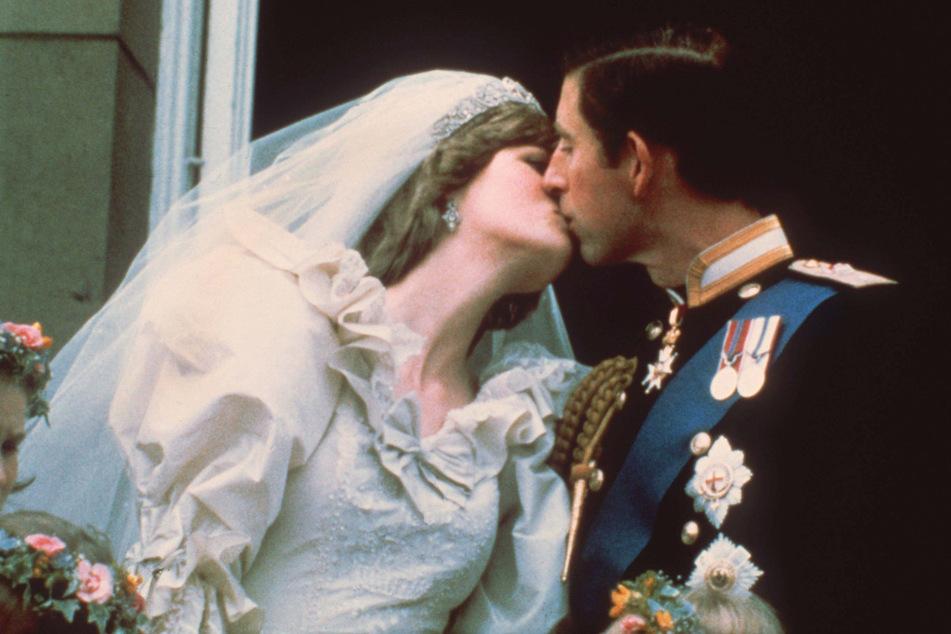 29. Juli 1981, London: Der Hochzeitskuss des damaligen Traumpaares, Prinz Charles (71) und Lady Diana Spencer (†36).