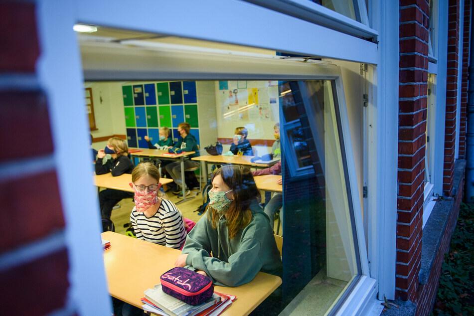 Entscheidung des Düsseldorfer Verwaltungsgerichts: Eine Schülerin muss auch dann während der Corona-Pandemie am Präsenzunterricht teilnehmen, wenn ihr Vater an Vorerkrankungen leidet (Symbolbild).