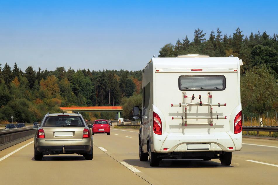Die Polizei hat einen Wohnmobil-Dieb rund 80 Kilometer weit bis nach Köln verfolgt, dann ist es zum Unfall gekommen. (Symbolbild)