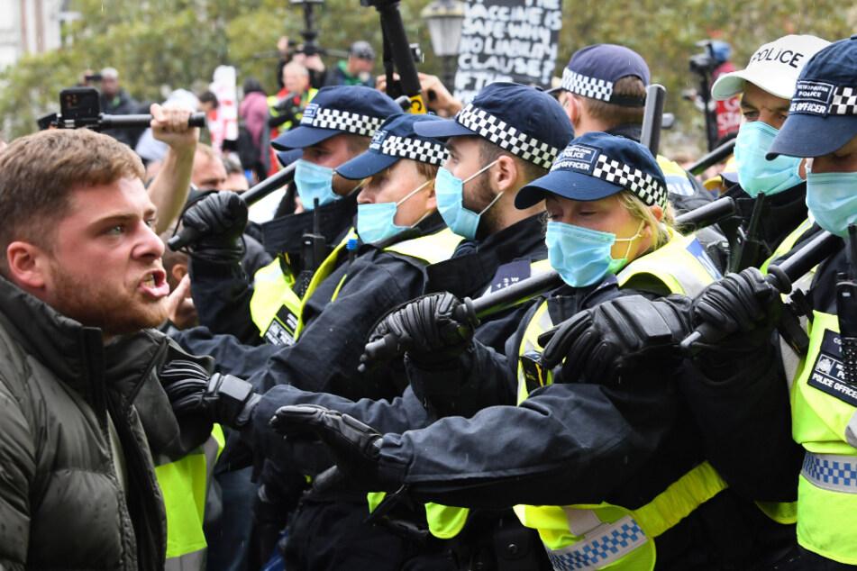 Demonstranten und Polizeibeamte stehen sich am Trafalgar Square gegenüber.
