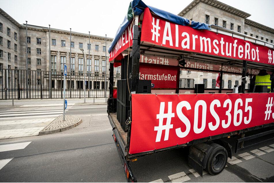 Berlin: Vertreter der Kultur- und Veranstaltungsbranche demonstrieren mit Corona-Autokorso in Berlin-Mitte