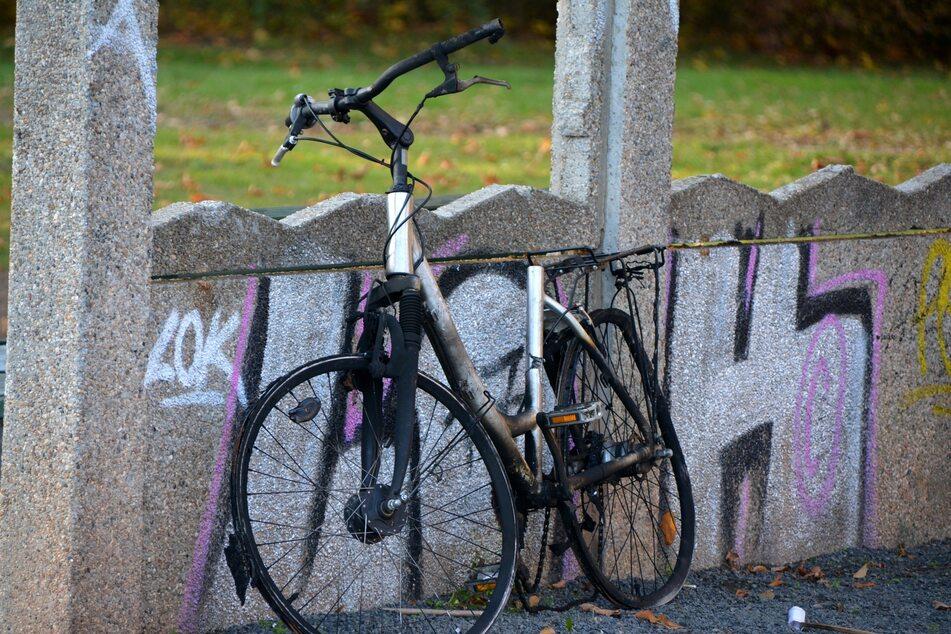 Nicht nur überfüllte Papierkörbe, auch Schrotträder wie dieses, beschädigte Bänke, Spielplätze und mehr können gemeldet werden.