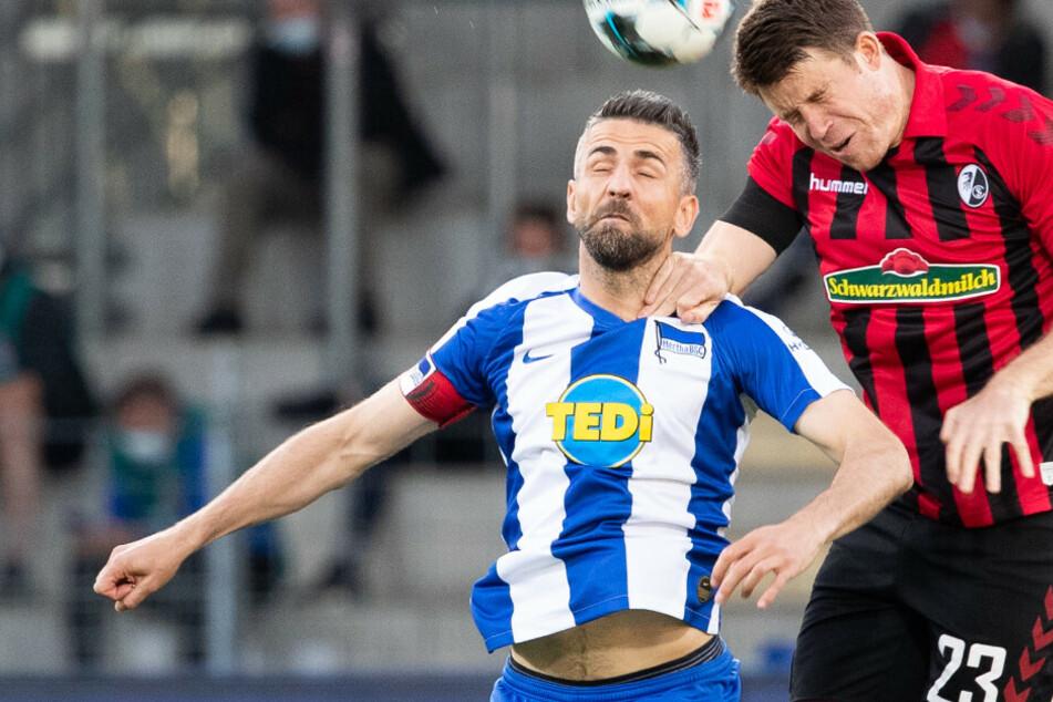 Berlins Vedad Ibisevic (l) in Aktion gegen Freiburgs Dominique Heintz.