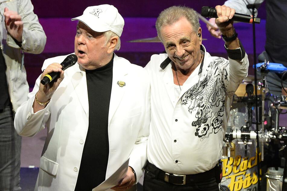 Die Kölner Karnevalsband Bläck Fööss mit Leadsänger Erry Stoklosa (72, r) mit dem Schlagersänger Graham Booney während einer Veranstaltung in der Philharmonie.