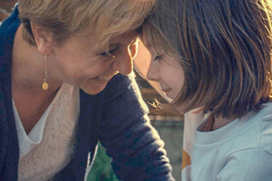 Sashas Mutter Karine liebt ihr Kind bedingungslos und setzt sich unermüdlich für ihre Tochter ein.