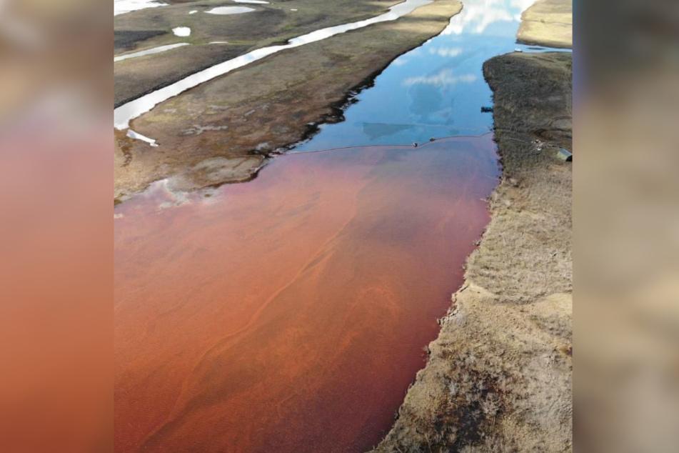 Der Fluss ist vom Öl verfärbt.
