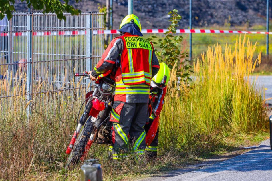 Experten der Feuerwehr sichern das Motorrad des Verunglückten.