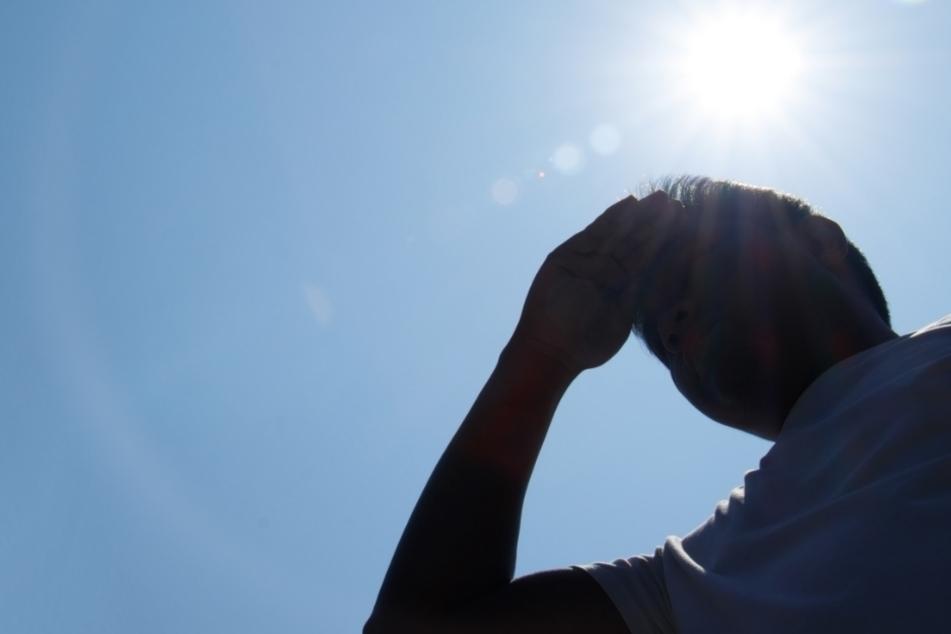 Die Sonne brennt am Dienstag erbarmungslos auf uns herab. (Symbolbild)