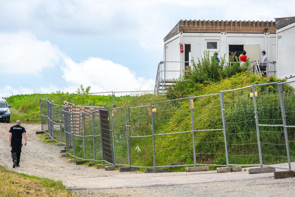 Ein Sicherheitsdienst überwacht das Ausgehverbot in Mamming.