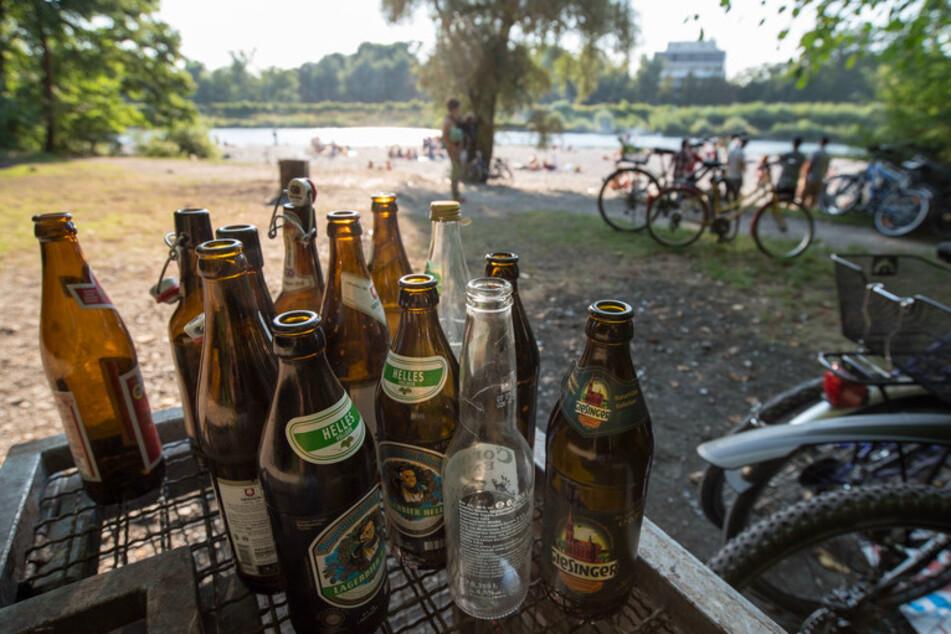 Leere Bierflaschen stehen am Flaucher an der Isar auf einem Abfallcontainer.