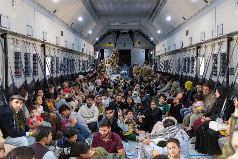 Taschkent: Dicht gedrängt sitzen Menschen, die aus Kabul ausgeflogen worden sind, auf dem Boden eines Airbus A400 M der Bundeswehr.
