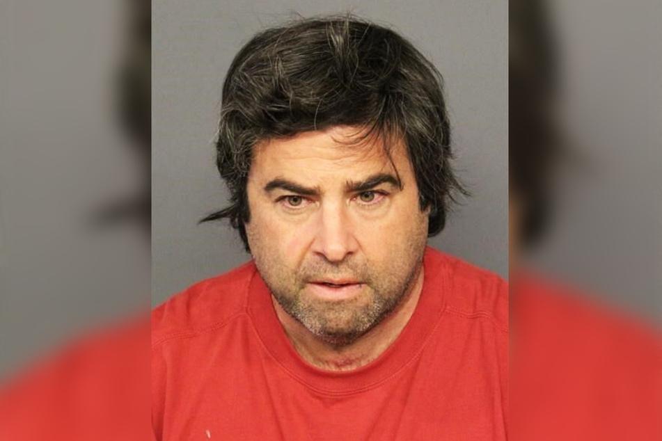Robert Feldman (57) soll seine Frau ermordet und danach den Swimmingpool illegaler Weise vermietet haben.
