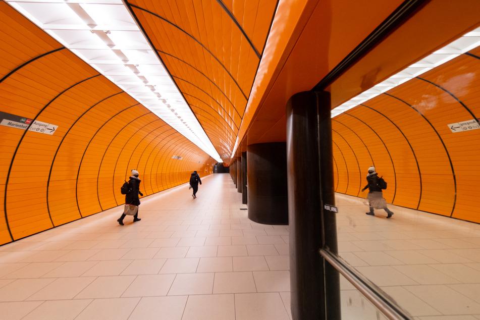Nur wenige Menschen sind in der U-Bahn-Station am Marienplatz unterwegs.