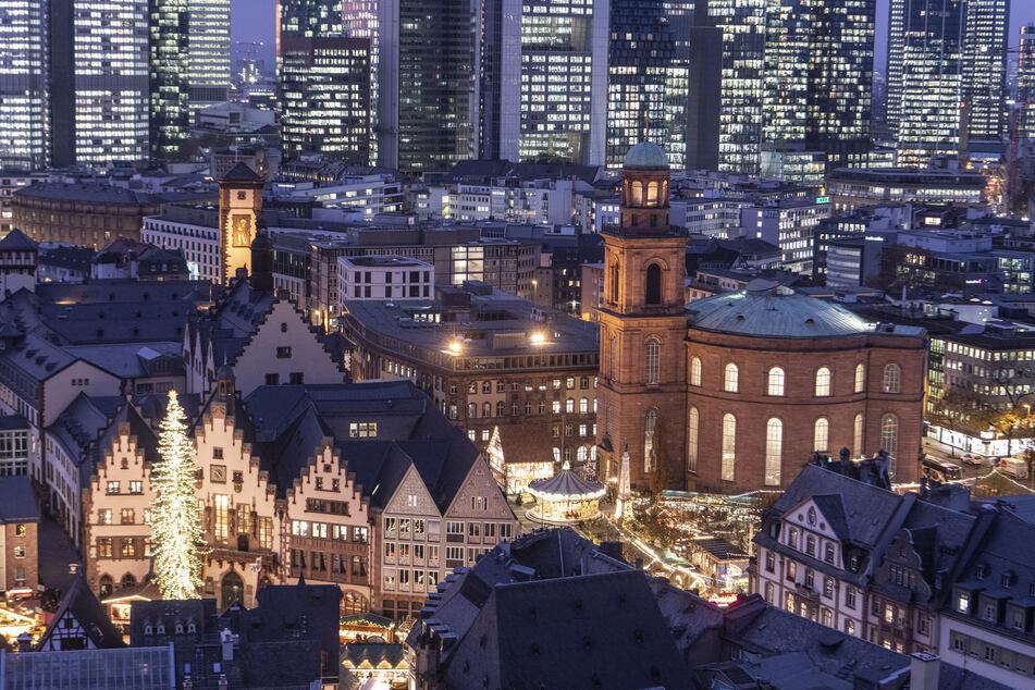 Im letzten Licht des Tages leuchten die Bankentürme, während sich der Weihnachtsmarkt vom Römerberg (l) bis zum Paulsplatz (r) erstreckt.