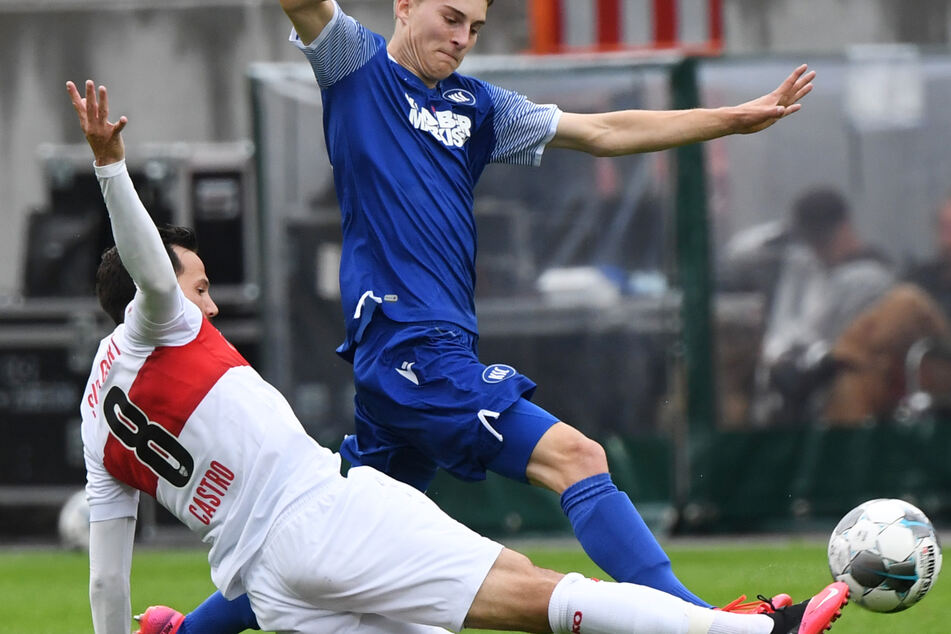 Karlsruhes Dominik Kother und Stuttgarts Gonzalo Castro (l.) kämpfen um den Ball.