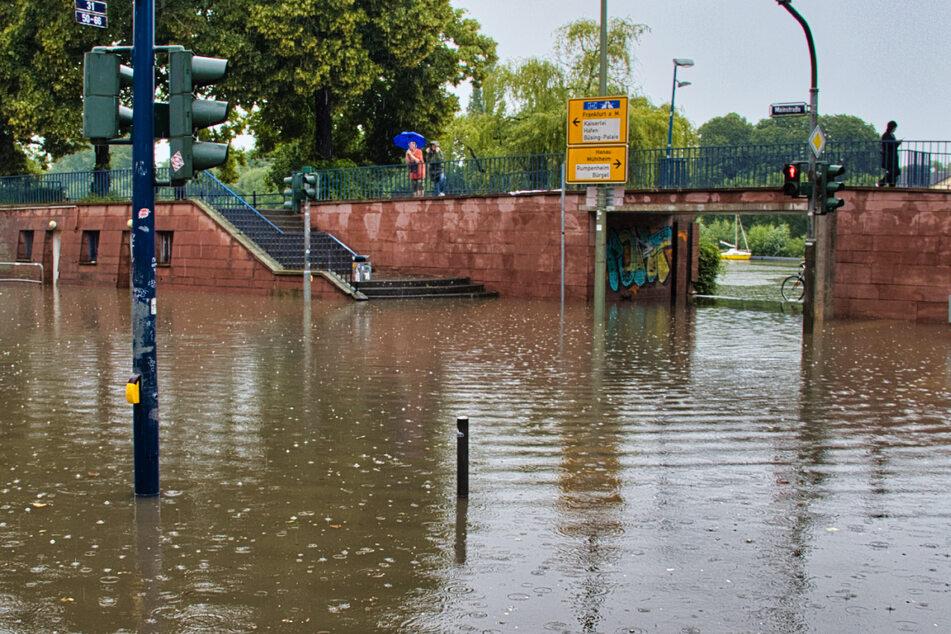 Überflutungen und umgestürzte Bäume: Gewitter und Starkregen wüteten wieder in Hessen