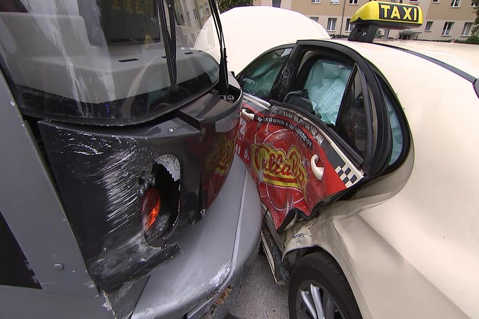 Am Taxi entstand Totalschaden.