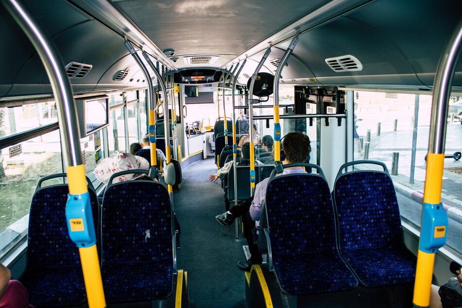 Im Bus soll sich der unbekannte Mann gegen die 14-Jährige gedrängelt und sie dann sexuell belästigt haben. (Symbolbild)
