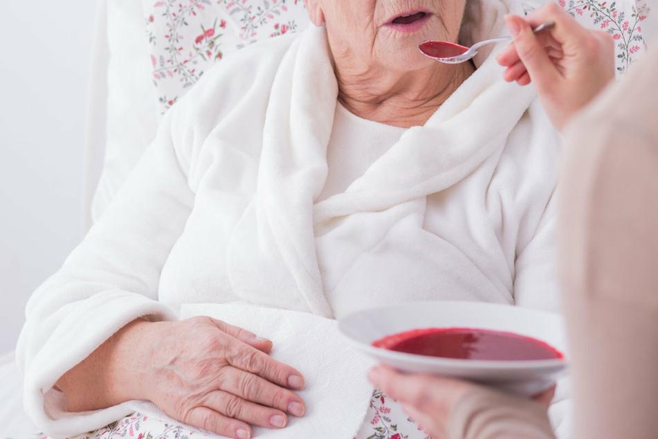 Wer die Pflegerin zur Versorgung der älteren Dame und deren Mann angeheuert hatte, ist nicht bekannt. (Symbolbild)