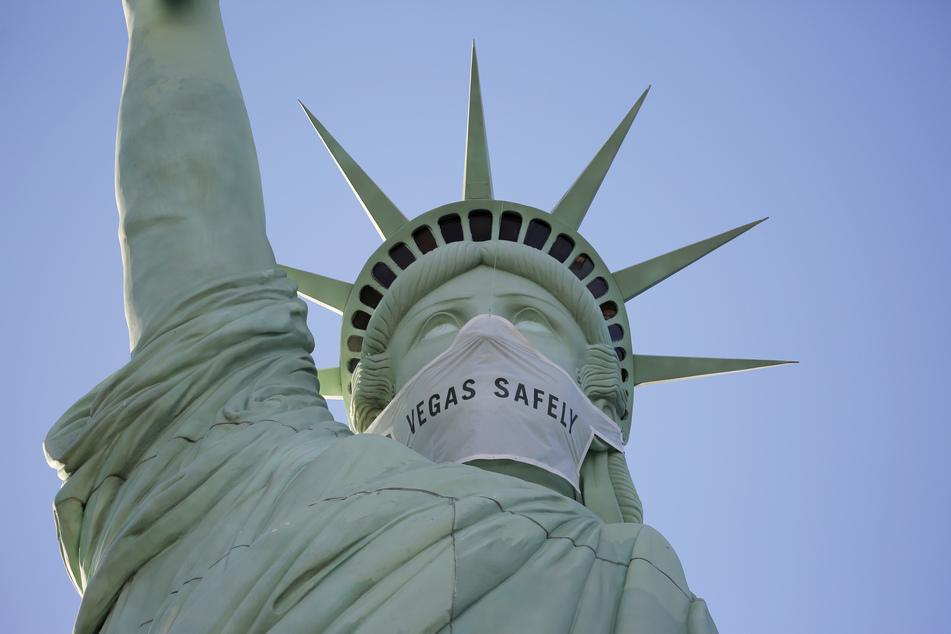 Eine riesige Maske ziert das Gesicht einer nachgebildeten Freiheitsstatue im New York-New York Hotel & Kasino (Symbolbild).