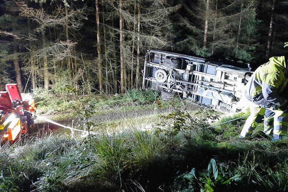 Mysteriöser Diebstahl: Männer stehlen Lkw, fahren in Wald und bauen Unfall