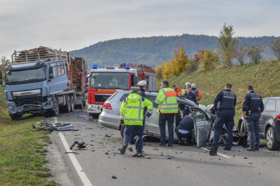 Junger Autofahrer (†20) stirbt bei Frontal-Crash mit Holz-Lkw