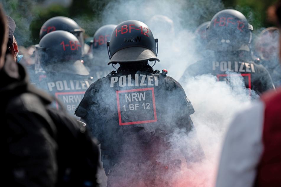 Wie die Beamten am Abend berichteten, ist es nach dem Aufstieg des VfL Bochum auf dem Stadionring zu Ausschreitungen zwischen Fans und Polizei gekommen.