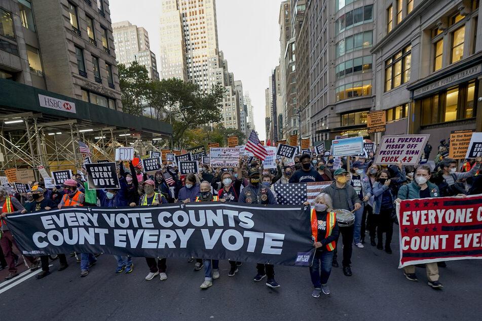 Demonstranten marschieren am Mittwoch die Fifth Avenue in New York entlang, um sich für die Auszählung aller Stimmen einzusetzen.