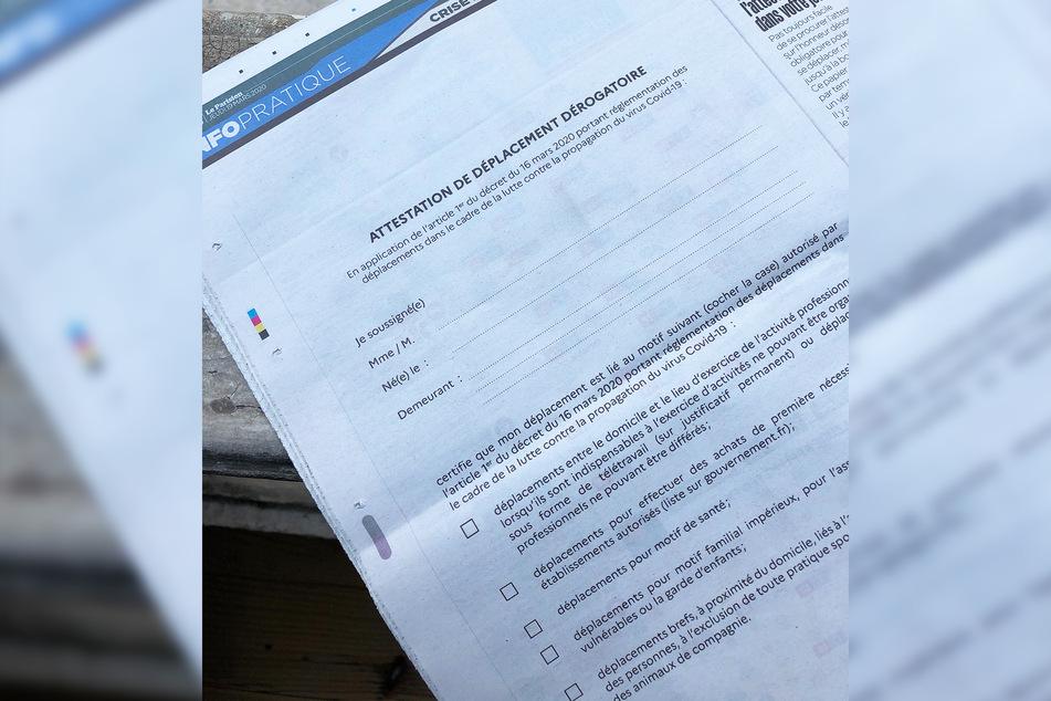 Eine Ausgangsbescheinigung zum Ausschneiden in einer französischen Tageszeitung.