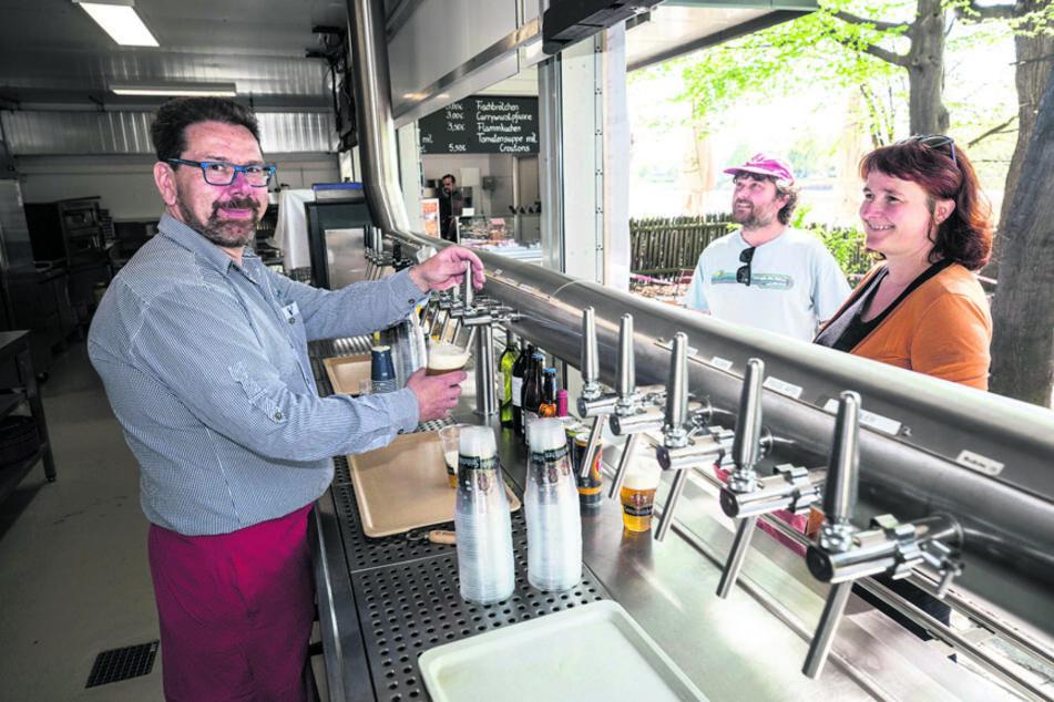 """Bier, aber nur """"to go"""" - Martin Gühring (49) zapft im Dresdner """"Elbegarten"""" Bier für Spaziergänger."""