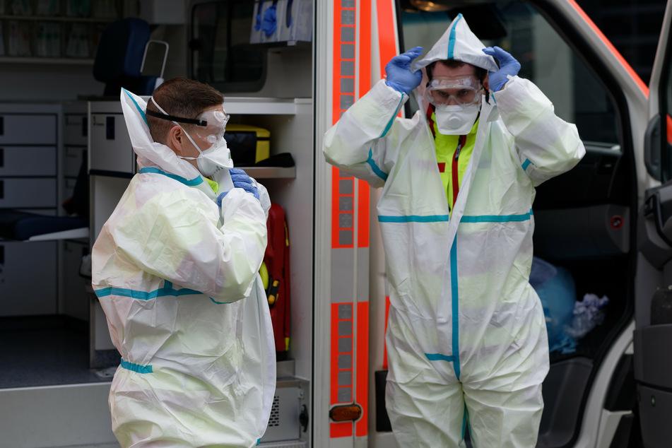 Sanitäter in Schutzkleidung.