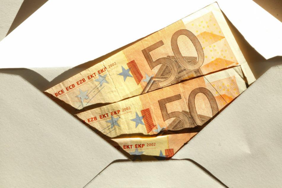 Fahrer vergisst Geld-Umschlag auf Autodach und fährt los